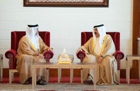 سيف بن زايد ينقل تعازي رئيس الدولة ونائبه ومحمد بن زايد إلى ملك البحرين في وفاة نورة بنت عيسى