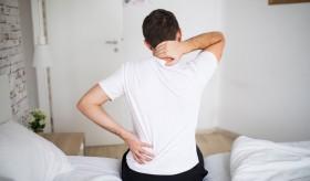 5 نصائح لعلاج ألم أسفل الظهر.. منها الكمادات الباردة