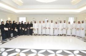 مدير إدارة الاستراتيجية واستشراف المستقبل في محاكم دبي يكرّم أصحاب الاقتراحات المطبقة في الدائرة للربع الثاني والثالث من العام الحالي