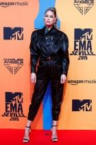 دوتزين كروس خلال وصولها إلى السجادة الحمراء ضمن جوائز «ام تي في» للموسيقى الأوروبية في إشبيلية، إسبانيا. رويترز