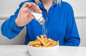 كيف يخبرك جسمك أن الملح زائد في طعامك؟