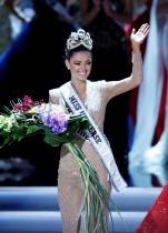 ملكة جمال جنوب أفريقيا ديمي ليه نيل بيترز تبكي فرحا عقب تتويجها ملكة جمال الكون خلال المسابقة التي أقيمت في لاس فيغاس، نيفادا.     (رويترز)