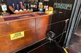 مقهى يستخدم سياجاً كهربائياً لفرض التباعد الاجتماعي