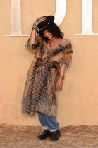المغنية ريهانا لدى وصولها لحضور عرض الأزياء الأول لمجموعة كروز من قبل ماريا غراتسيا ضمن عروض ديور في كاليفورنيا. (ا ف ب)