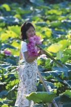 امرأة تستمتع بالزهور والطبيعة الساحرة في ويستليك لوتس بالعاصمة الفيتنامية هانوي. ا ف ب