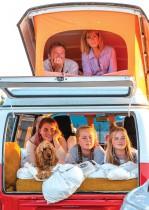 عائلة في عربة فولكس واجن تشاهد الفيلم الموسيقي الرومانسي Grease في سينما مؤقتة في بلفاست حيث تم تنظيم هذا الحدث لجمع الأموال لأبحاث الفيروسات التاجية في جامعة كوينز بلفاست . ا ف ب