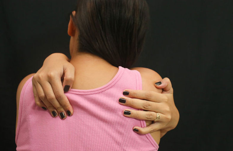 علاجات منزلية لآلام أعلى الظهر