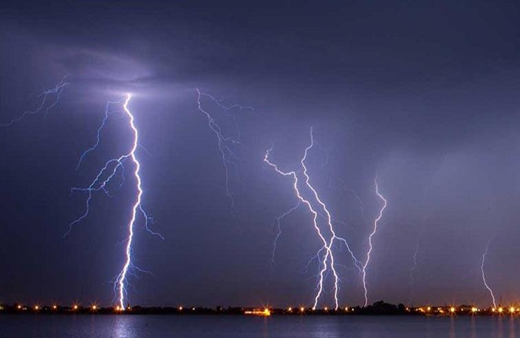 رجل يصعقه البرق وهو يصور الطقس