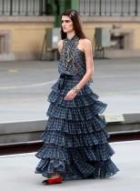 عارضة أزياء تقدم ابتكارًا في معرض كروز 2020 لمجموعة الأزياء الفرنسية شانيل في باريس. رويترز