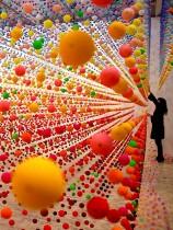 الفنانة الأسترالية نايكي سافافاس تعد قطعة فنية باستخدام أكثر من 50,000 كرة من البوليستيرين بعنوان  'Atomic: full of love full of wonder' في سيدني ، أستراليا. (رويترز)