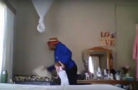 مربية تعامل طفلة بوحشية