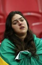 فتاة برازيلية تبكي عقب خروج منتخب بلادها من كأس العالم بعد هزيمته 2-1 من منتخب بلجيكا وتوديعه المونديال. (رويترز)