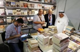 الأرشيف الوطني يغتنم أيام (الشارقة للكتاب)  ويزود مكتبته بأهم الكتب المتخصصة