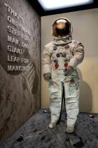 عرض بدلة نيل أرمسترونغ  التي كان يرتديها للمشي على سطح القمر في 20 يوليو 1969 في المتحف الوطني للطيران والفضاء بواشنطن. رويترز
