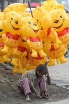 صبي صغير يبيع البالونات ينتظر العملاء بعد فرض قواعد الإغلاق في عطلات نهاية الأسبوع والعطلات الرسمية كإجراء وقائي ضد الفيروس في أمريتسار بالهند. ا ف ب