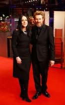 الممثل ويليم دافوي وزوجته جيادا كولاغراند لدى وصولهما لحضور حفل جائزة الدب الذهبي الفخري  في مهرجان برلين السينمائي الدولي الـ 68.      (رويترز)
