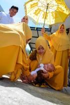 أسرة مسلمة إندونيسية تحتفل بطقوس «العقيقة» لاستقبال طفل مولود جديد في باندا آتشيه.ا ف ب