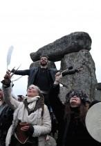 يراقب الناس الانقلاب الصيفي، وهو اليوم الذي يتلقى فيه نصف الكرة الشمالي معظم ضوء النهار في الدائرة الحجرية القديمة في ستونهنج، بريطانيا .   رويترز