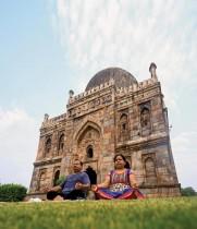 زوجان يؤديان تمرين يوغا في إحدى الحدائق خلال يوم اليوجا العالمي في نيودلهي.  ا ف ب
