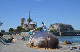 حوت عملاق وسط باريس؟!