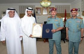 مدير عام شرطة أبوظبي يكرممتعاونين مع الشرطة