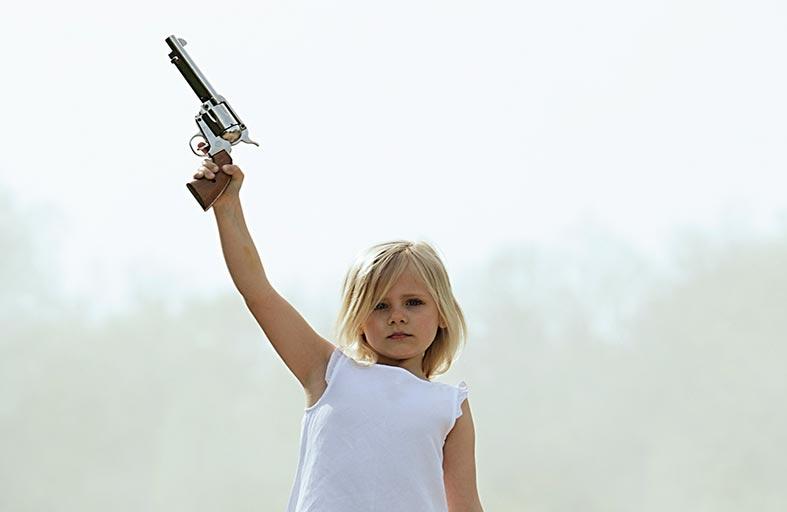 يترك حفيدته في الصحراء ويسلمها مسدس