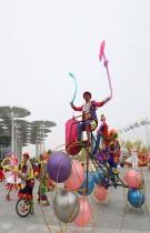 فنانون يرتدون الأزياء المزكرشة خلال حفل افتتاح معرض إكسبو بكين 2019 ، في مقاطعة يانكينج ، بكين. رويترز