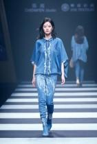 عارضة تقدم زيا من Cotton USA و H.W. خلال أسبوع الموضة الصيني في بكين. ا ف ب