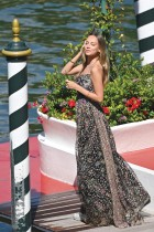 الممثلة الإسبانية إيستر إكسبوزيتو تقف على رصيف فندق إكسلسيور في يوم افتتاح مهرجان البندقية السينمائي السابع والسبعين في فينيسيا. ا ف ب