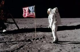 حقيبة استخدمت بأول رحلة إلى القمر.. للبيع