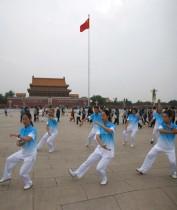 أعضاء نادي تايشي يمارسون التايشي خلال جلسة تصوير بالفيديو في بكين ، الصين.   رويترز