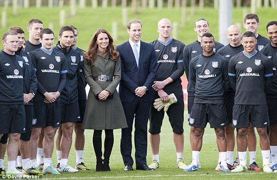 أول مباراة كرة قدم في قصر ملكة بريطانيا