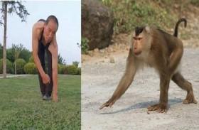 يقلد القردة 30  عاماً ليحافظ على لياقته