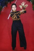 الممثلة الفرنسية لوانا باجرامي تحتفل بجائزتها خلال الحفل الختامي لمهرجان كابور السينمائي الرابع والثلاثين في كابور ، نورماندي. ا ف ب