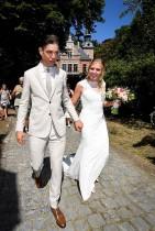 العريس البلجيكي ووت فان ايرت وعروسه ساره دي بي يحتفلان بزفافهما في هيرنتالس ببلحيكا. (ا ف ب)