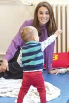 كاثرين ، دوقة كامبريدج تداعب أحد الأطفال أثناء زيارتها لمركز هنري فوسيت للأطفال في لندن.  ا ف ب