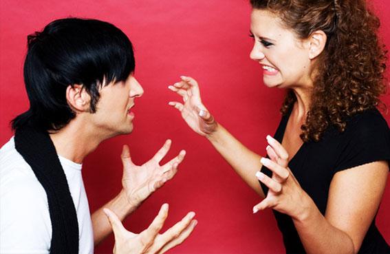 يهدد بفضح صديقته اذا تخلت عنه