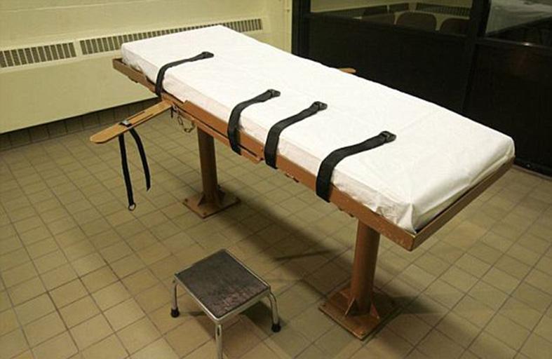 ينهض من السرير بعد إعدامه
