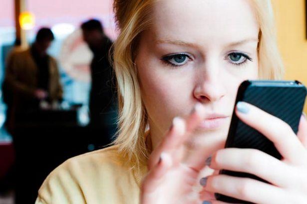 استخدام الهاتف الجوال يؤدي إلى قلة النوم وطنين الأذن والصداع